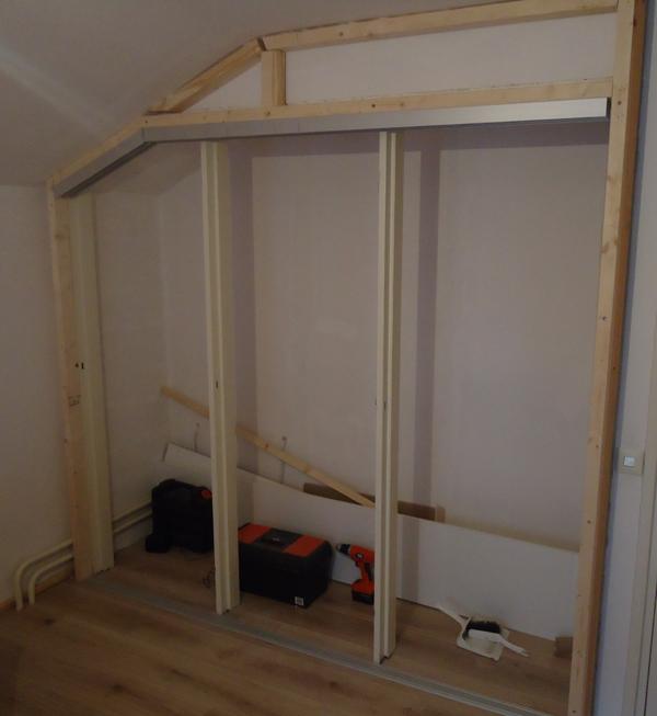 Badkamer onder schuin dak binnenkant onder het schuine dak - Badkamer onder het dak ...