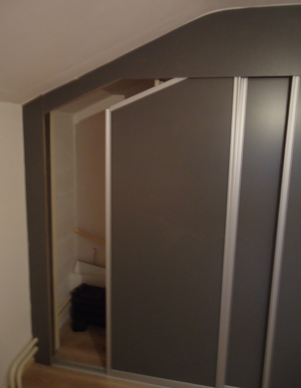 Hugo verstappen bouw en timmerbedrijf een op maat gemaakte schuifkast onder een schuin dak en - Badkamer onder het dak ...