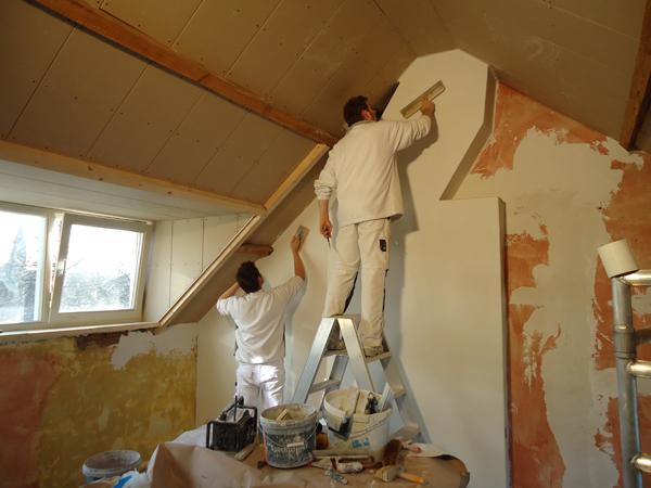 Gipsplaten zijn tegen het plafond bevestigd. De stucadoor kan beginnen ...